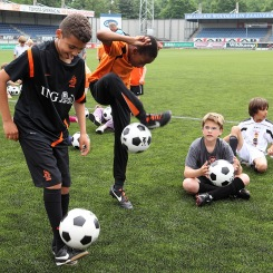 ROTTERDAM - Cartoon Network organiseert in het Woudestein Stadion de recordpoging 'rond de wereld'. Zoveel mogelijk kinderen moeten het zelfde voetbaltrucje doen voor het Guinness Book of Records.