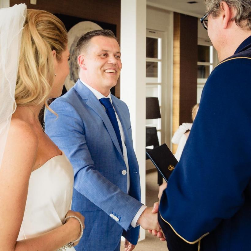 Trouwreportage Witte Huis Loosdrecht ambtenaar geeft het huwelijksboekje