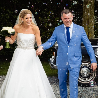 Trouwreportage Hilversum bruidspaar loopt door erehaag met bellenblaas