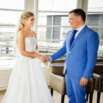 Trouwreportage witte huis in Loosdrecht bruidspaar geeft elkaar de rechter hand