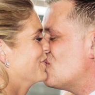 Trouwfotograaf fotografeert de kus in het witte huis in Loosdrecht