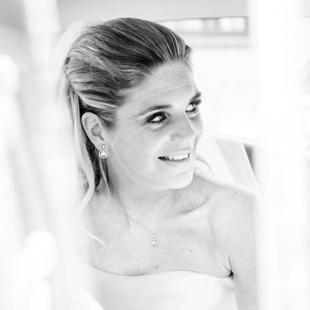 Trouwreportage bruid word opgehaald met de auto in Lelystad