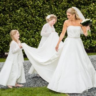 Trouwreportage bruidsmeisjes begeleiden de bruid naar binnen